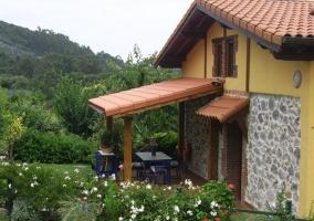 Entrada, porche y jardín