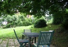 Mesita y sillas en el jardín