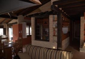Sala de estar con mesa y sillones tapizados