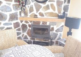 salón con tele y chimenea