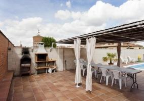 Amplia terraza con cenador y barbacoa