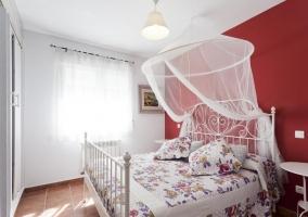 Dormitorio Deluxe con pared en rojo