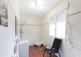Dormitorio cuádruple adaptado con su aseo