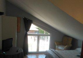 Dormitorio cuádruple con ventana