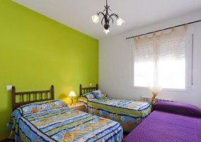 Dormitorio triple Confort 2 con varias camas