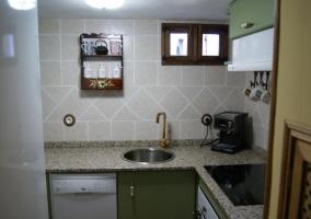 Cocina de la casa con armarios de color verde