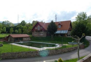 Casas rurales con piscina en cantabria for Complejo rural con piscina