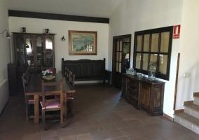 Comedor de la casa con la mesa