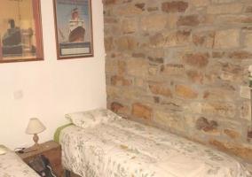 Dormitorio doble con pared en piedra