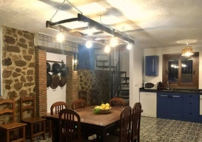 Sala de estar con la chimenea y la cocina