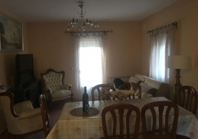 Sala de estar con mesa