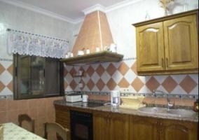 Cocina con mesa en el centro