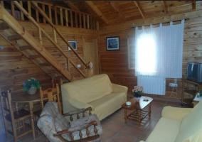 Acceso a la casa de madera