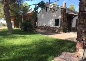 Entrada a la casa con jardines
