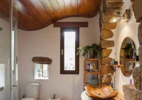 Aseo de la casa con techos de madera