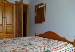 Dormitorio con colcha