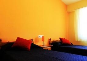 Dormitorio doble con mantas