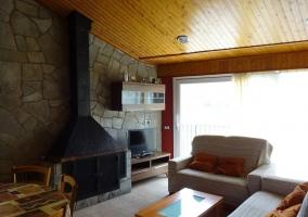 Sala de estar amplia con imponente chimenea