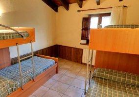 Dormitorio con varias literas