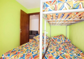 Dormitorio triple con balcon