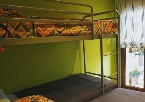 Dormitorio triple con vistas de la terraza y litera