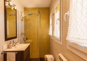 Aseo de la casa en blanco y con ducha en amarillo