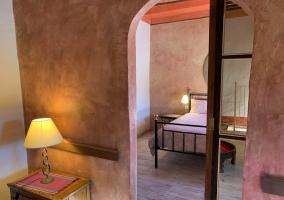 Dormitorio de la casa con mesa de madera