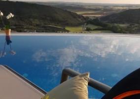 Vistas de la piscina rodeada