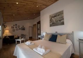 Dormitorio con paredes en blanco amplio