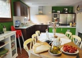 Cocina de la casa con armarios y barra