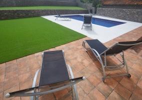 Jardines y piscina