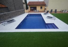 La piscina y los jardines