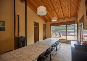 Sala común con mesa