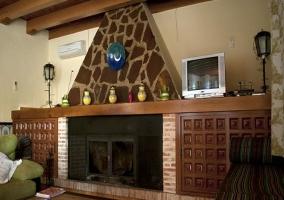 Chimenea de piedra y madera situada en el salón