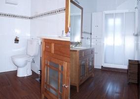 Vista y detalles del baño completo