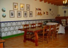 Mesa de comedor en el salon de la casa rural