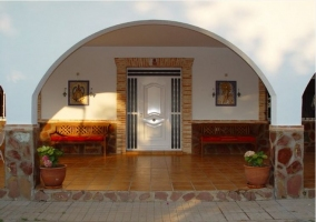 Puerta de acceso al porche y casa rural