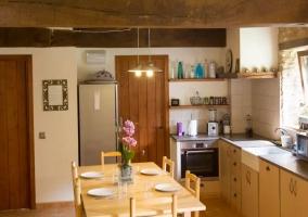 Cocina de la casa con mesa