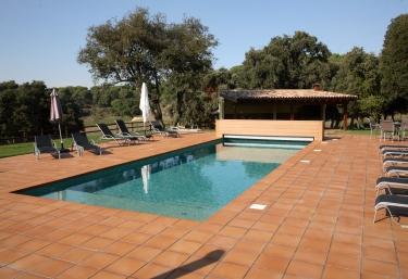 Amplia piscina en el exterior