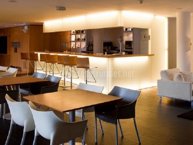 Bar-cafetería con mesas y sillas