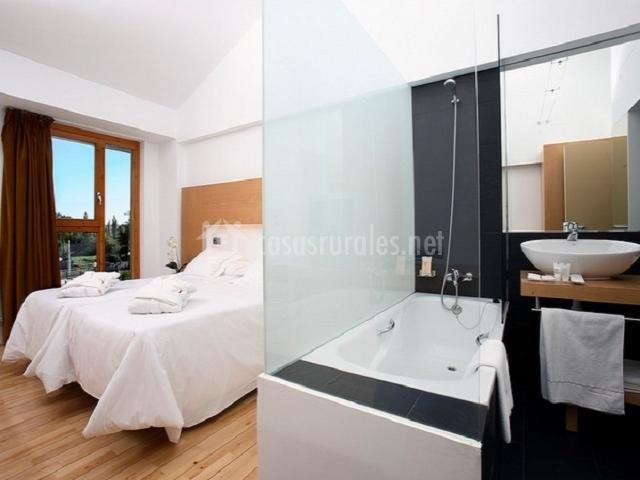 Dos camas individuales en habitación con bañera