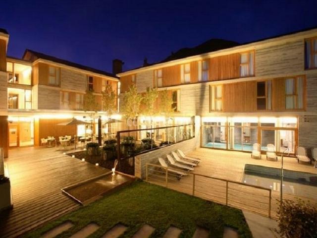 El hotel por la noche