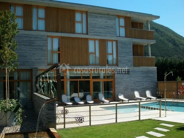 Fachada del hotel con piscina al lado