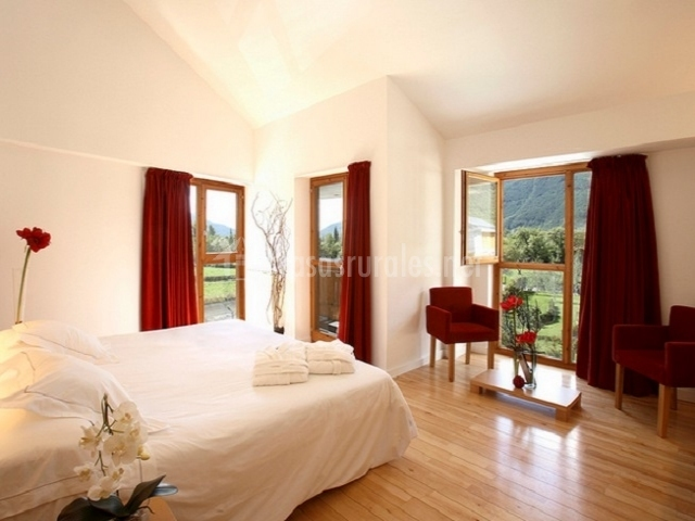 Habitación muy iluminada con cama gigante