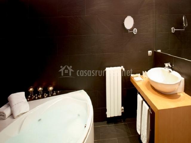 La bañera con hidromasaje en el baño con lavabo