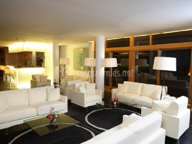 Sala de estar con sofás blancos