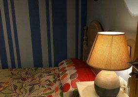 Dormitorio con colcha de flores