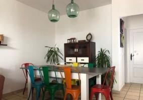 Comedor con sillas de colores