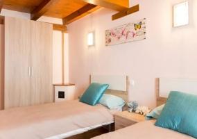 Dormitorio doble con cojines