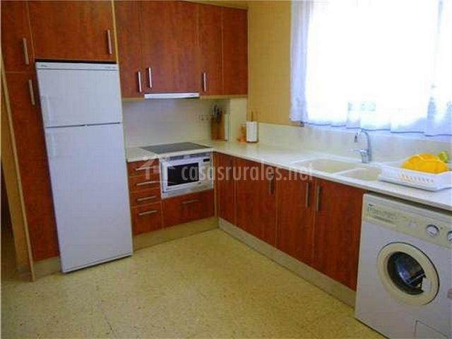 Cocina con lavadora y encimera